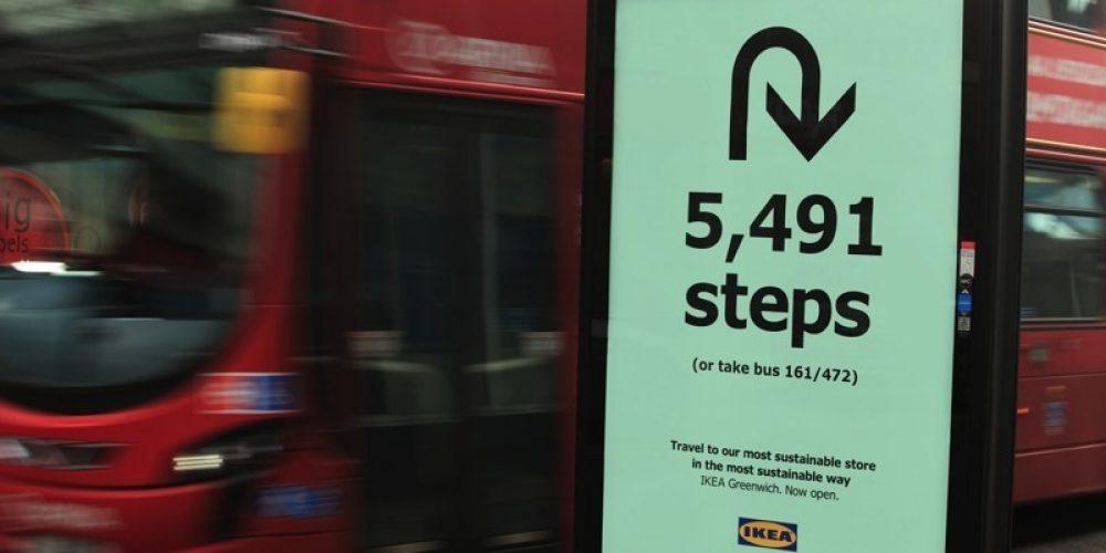 IKEA invita a los londinenses a ir a pie a su nueva tienda sostenible con mupis que indican los pasos de distancia
