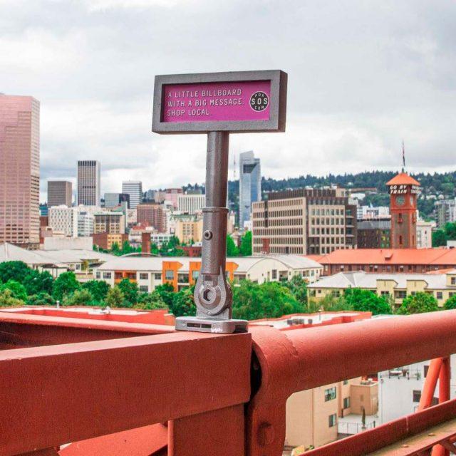Esta agencia ha instalado minivallas publicitarias para promover el pequeño comercio en Portland