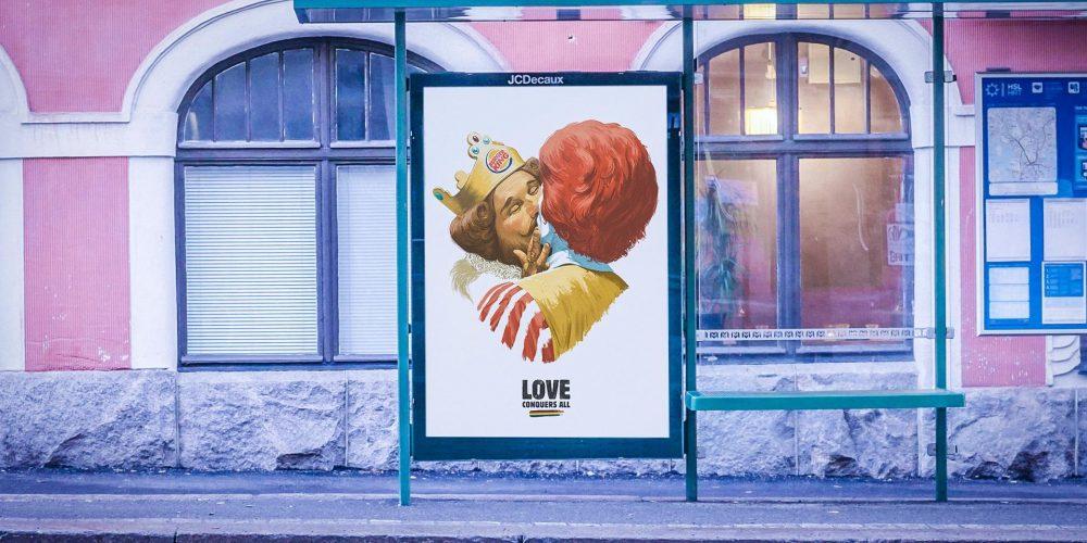 El rey de Burger King y el payaso de McDonald's se dan un apasionado beso en este anuncio