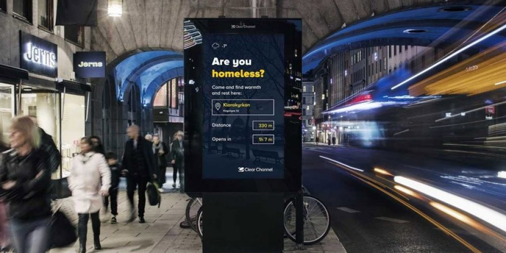 Esta campaña utiliza los mupis digitales para ayudar a que las personas sin hogar encuentren refugio en invierno