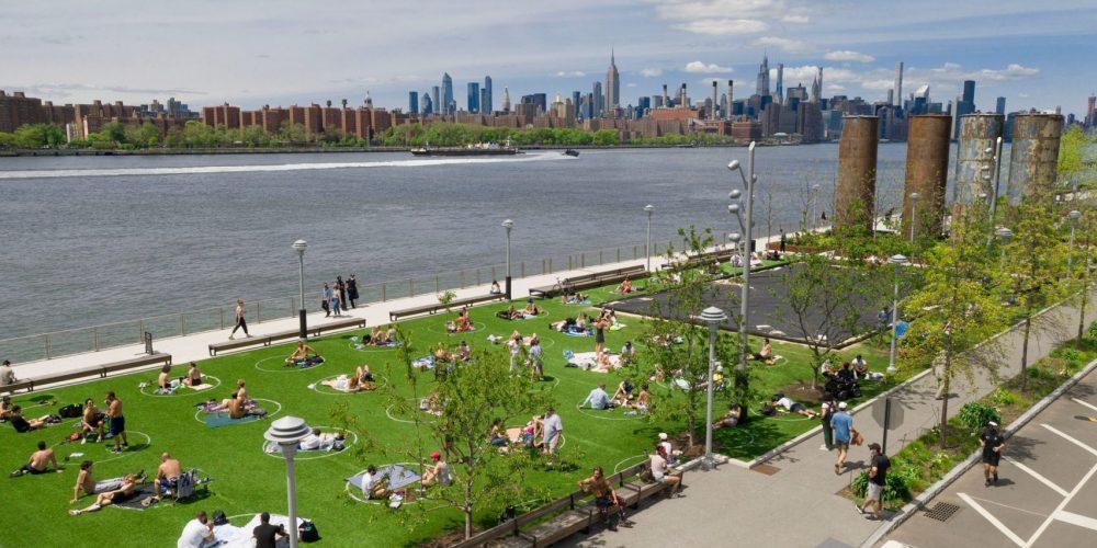 Círculos en el césped para respetar la distancia social en este parque de Brooklyn