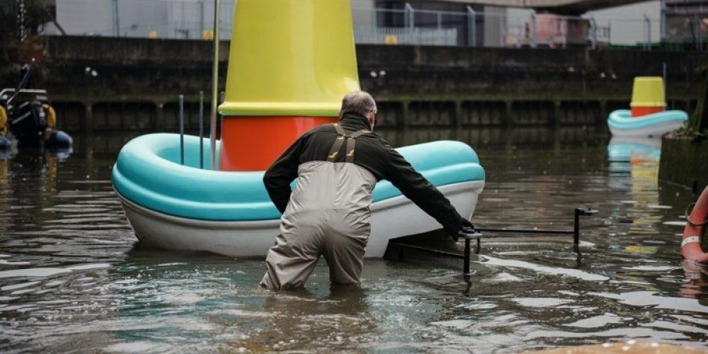 IKEA lanza barcos de juguete gigantes al río Támesis para limpiarlo de basura