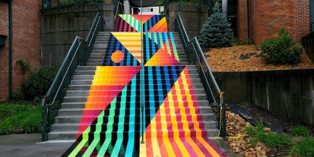 Una colorida obra de street art en forma de alfombra en las escaleras de una universidad estadounidense