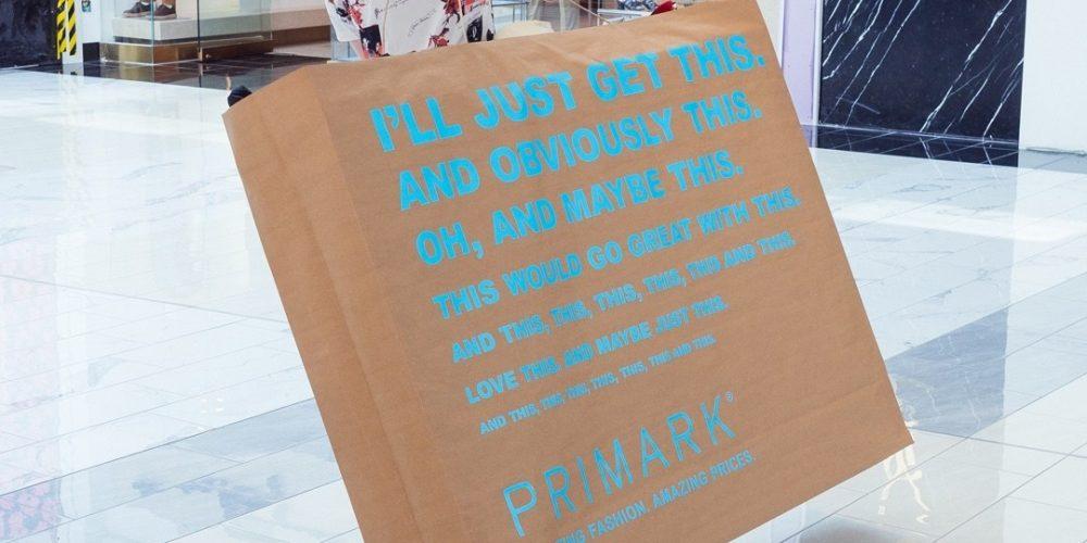 """Primark reinventa los """"hombres anuncio"""" con estas bolsas gigantes"""