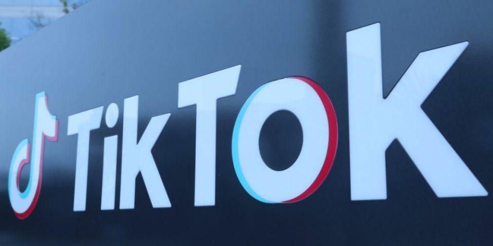 TikTok comenzó a bloquear cuentas que compartan contenido vinculado a QAnon