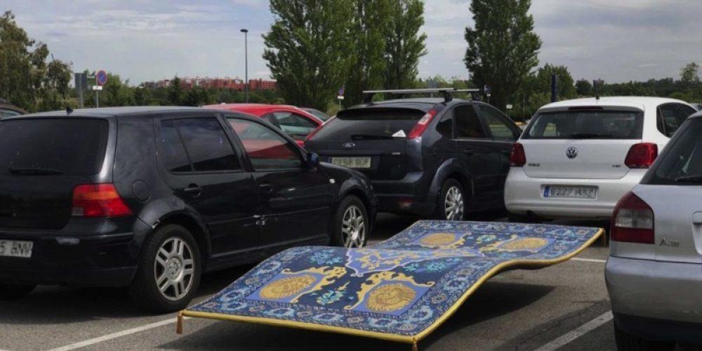 Aladdin aparca su alfombra en un parking en esta divertida acción de ambient
