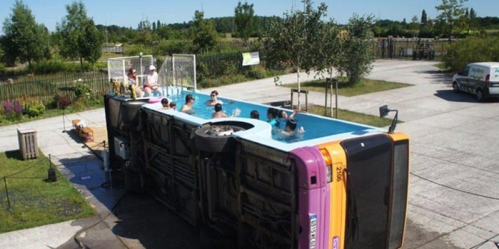 Este artista ha transformado un autobús antiguo en una piscina pública