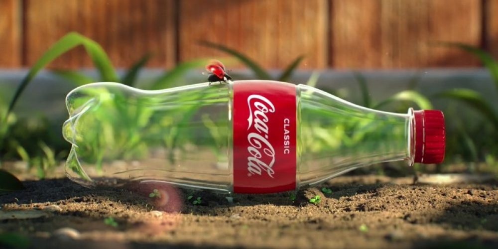 Unos insectos reciclan una botella de plástico en este anuncio de Coca-Cola