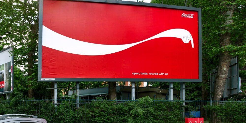 Esta campaña exterior de Coca-Cola te enseña dónde está la papelera de reciclaje más cercana