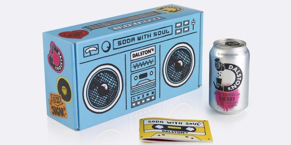 Un packaging de refrescos en forma de radiocasete y tocadiscos