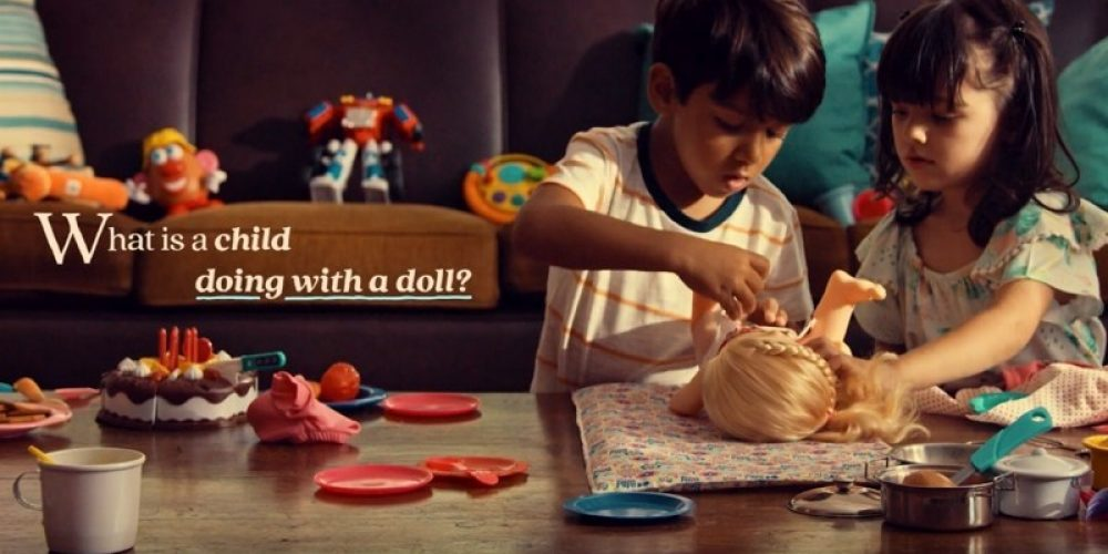 Este anuncio explica por qué los niños también deberían jugar con muñecas