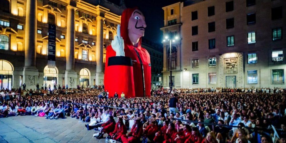"""Una escultura gigante frente a la Bolsa de Milán para promocionar la nueva temporada de """"La Casa de Papel"""""""