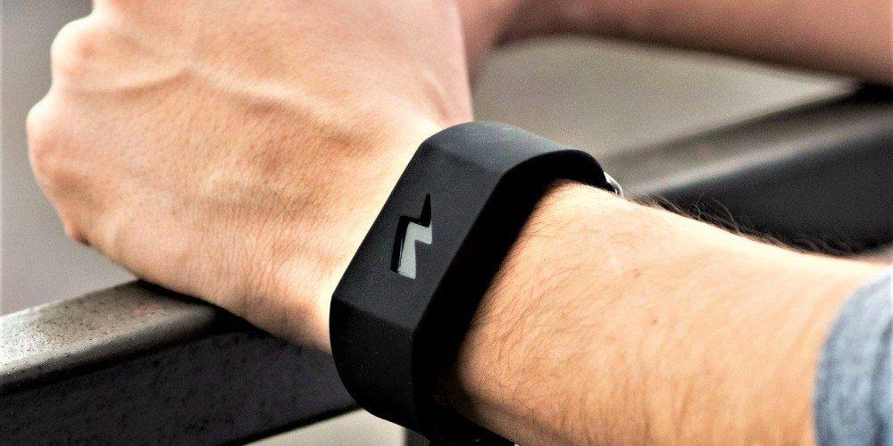 Esta pulsera te da una descarga eléctrica si gastas mucho con tu tarjeta de crédito