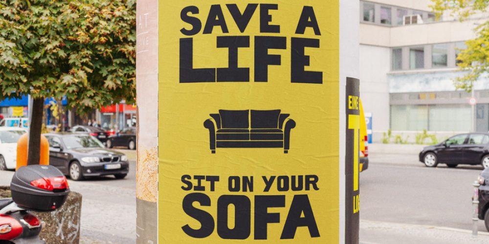 Como el gobierno británico no hacía nada, estos tres creativos diseñaron carteles para que la gente se quede en casa