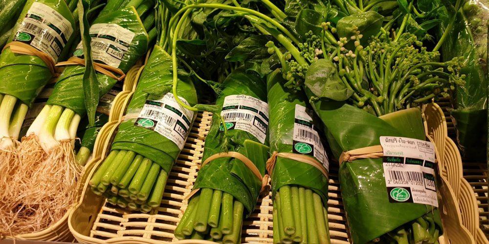 Este supermercado sustituye los envases plásticos de las verduras por hojas de bananero