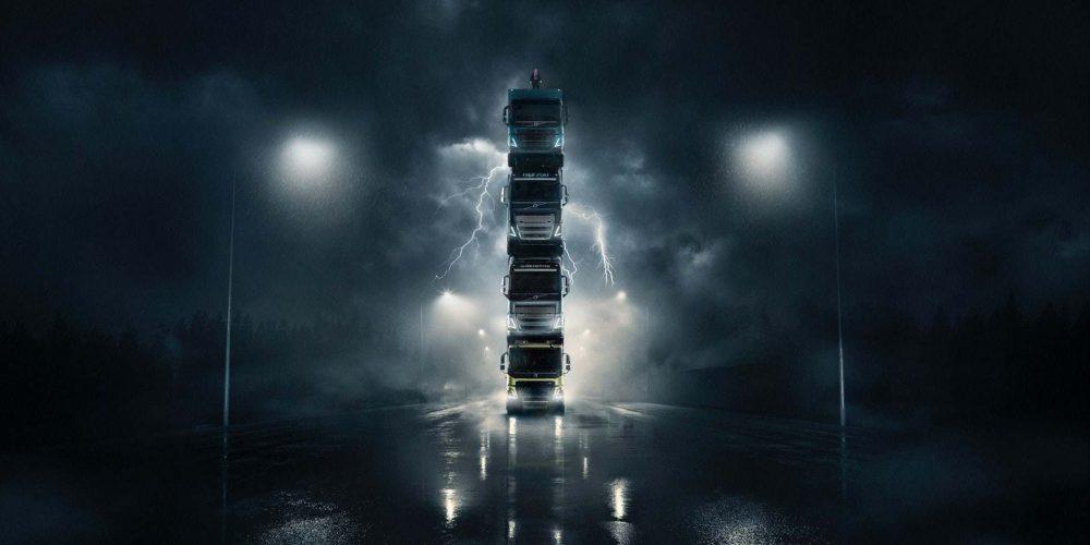 Volvo Trucks vuelve a sorprender en su nuevo anuncio: una torre de 4 camiones con su presidente encima