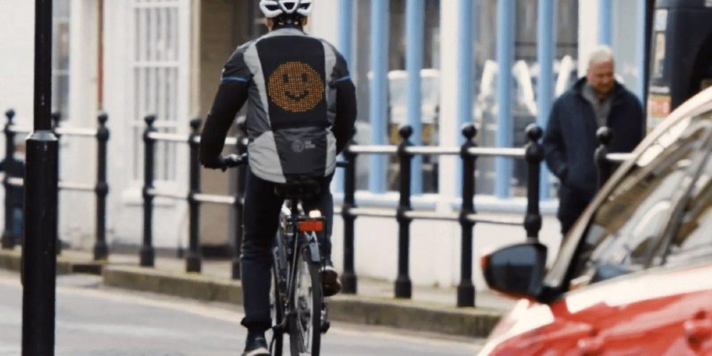 Emoji jacket: una chaqueta para que los ciclistas se puedan comunicar con los conductores
