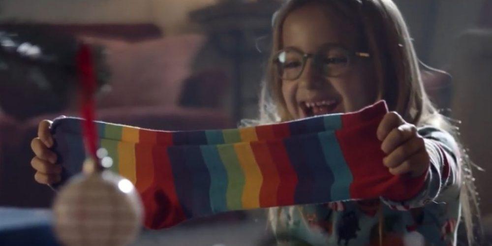 Un par de calcetines es el mejor regalo para una niña y su perro en este divertido anuncio