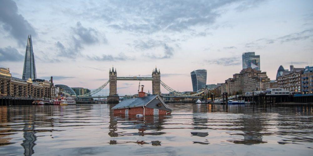 Una casa flota en el río Támesis para alertar sobre el aumento del nivel del mar