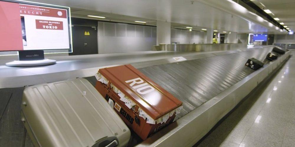 """Las maletas llenas de dinero de los personajes de """"La Casa de Papel"""" sorprenden a los pasajeros del aeropuerto de Frankfurt"""