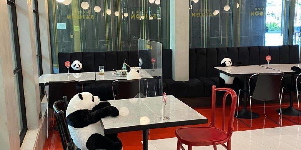Este restaurante tailandés usa pandas de peluche para mantener la distancia social